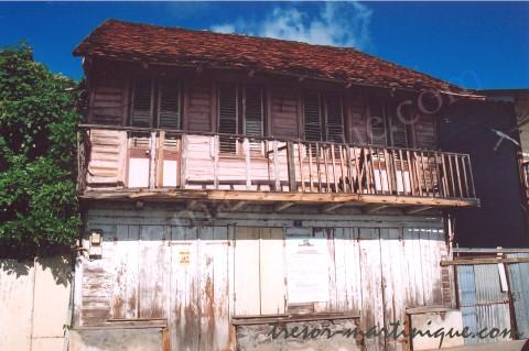 Maison en bois traditionnelle aux anses d 39 arlets for Maison bois traditionnelle